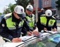 Ceza Yazmak İsteyen Polisi Darp Edip Parmağını Kırdılar