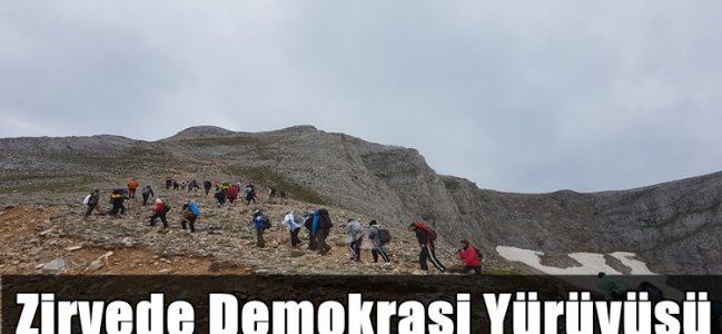 Zirvede Demokrasi Yürüyüşü